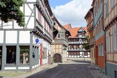 Historische Fachwerkarchitektur - Strasse mit Kopfsteinpflaster; Hoher Weg / Halberstadt.