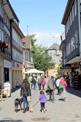 Fussgängerzone in der Altstadt / Innenstadt von Goslar - Fischemäkerstrasse, Passanten.
