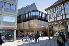 Alt + Neu - historisches Fachwerkgebäude und Kaufhaus der 1970 er Jahre in der Innenstadt von Goslar.