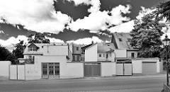 Garagentore - Einfahrten, hohe Mauer - Wohnhäuser in Halberstadt; Schwarz-Weiß-Fotografie.