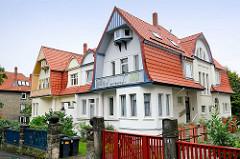 Doppelvilla mit unterschiedlichem farblichem Dekor - Wohnhäuser in Goslar / Harz.