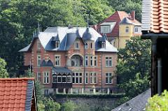 Backsteingebäude mit Schieferdach - Giebel und Mansardenfenstern - Hotel in Blankenburg.