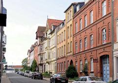 Strassenzug mit unterschiedlichen Architekturformen; Backsteinfassade und Fachwerk, Halberstadt.