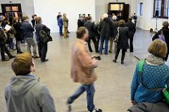 Ausstellungseröffnung der Hamburger Arbeitsstipendiaten für bildende Kunst 2015 im Kunstverein Harburger Bahnhof - Kultursenatorin Prof. Barbara Kisseler hält die Eröffnungsrede.