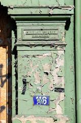 Hinweisschild mit den Namen der Architekten Schaar / Hintzpeter an der Hausfassade - geplanter Abriss für März 2016 - Gründerzeithäuser in der Breiten Strasse, Altona Altstadt.