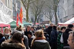 Strassenfest auf der Bartelsstrasse im Hamburger Stadtteil Sternschanze - die Anwohner protestieren mit einem Schanzenfrühjahrsfest gegen die Gentrifizierung ihres Stadtteils.