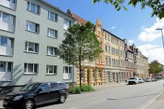 Wohnhäuser in Halberstadt - schlichte Putzfassade / Gründerzeitarchitektur mit Fachwerkgiebel.