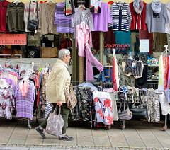 Modegeschäft mit Kleidung / Blusen + Pullover in der Auslage auf der Strasse - Lange Strasse, Blankenburg.
