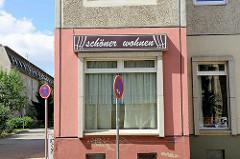 Ehem. Gardinenschäft in der Gröperstrasse in Halberstadt - Fassadenschild Schöner Wohnen.