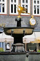 Romanischer Marktbrunnen auf dem Marktplatz in Goslar - Bronzeschale und vergoldeter Reichsadler.