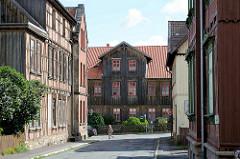 Historische Architektur in Blankenburg - Fachwerkhäuser, Wohnhäuser - Fassade mit Holz verkleidet.