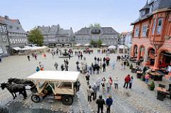 Blick auf den Marktplatz von Goslar - Blick zum Kaiserringhaus, ehem. Kämmereigebäude - an dessen Giebel ist eine Uhr. Viermal am Tag öffnen sich die drei darunter befindlichen Türen und eine Figurengruppe in Bergmannstracht erscheint. Diese beweg