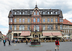 Marktplatz von Wernigerode - im Vordergrund der sogen. Wohltäterbrunnen; aufgestellt 1848, Neogotik - Anfertigung vom Kunstgiesser Eduard Schott.