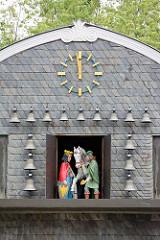 Giebel und  Uhr vom Kaiserringhaus / Kämmereigebäude auf dem Marktplatz in Goslar. Viermal am Tag öffnen sich die drei darunter befindlichen Türen und eine Figurengruppe in Bergmannstracht erscheint. Diese bewegt sich zu den Klängen eines Glocken
