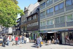 Historische und moderne Architektur - Geschäftsstrasse in Goslar, Passanten in der Rosentorstraße.