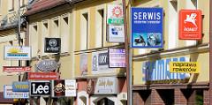 Hausfassade / Geschäfte mit  Werbeschildern an der Hausfassade - Architektur in Bunzlau / Bolesławiec.