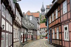 Fachwerkhäuser in der Peterstrasse / Goslar - im Hintergrund der Kirchturm der Frankenberger Kirche / St. Peter und Paul Kirche.
