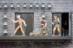 Giebel vom Kaiserringhaus / Kämmereigebäude auf dem Marktplatz in Goslar. Viermal am Tag öffnen sich die drei darunter befindlichen Türen und eine Figurengruppe in Bergmannstracht erscheint. Diese bewegt sich zu den Klängen eines Glockenspiels.