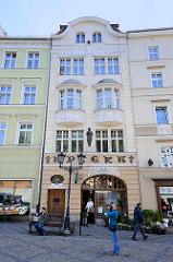 Historisches Wohn- und Geschäftshaus mit Fassadenskulptur und Stuckdekorelementen - Jugenstilschriftzug Apteka.