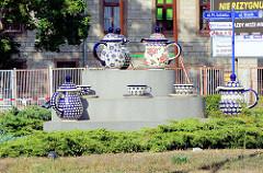 Überdimensionierte Bunzlauer Keramik Kannen und Tassen im Zentrum eines Kreisverkehrs in Bunzlau / Bolesławiec. Die Töpferei erlangte in der Stadt schon früh Bedeutung, bereits 1511 wurde die städtische Töpferzunft erstmals erwähnt. Bunzlauer Keramik