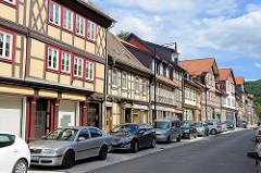 Historischer Strassenzug mit Fachwerkhäusern - Einzelhandel, parkende Autos; Strasse Nöschenröder in Wernigerode.