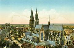 Historisches Luftbild vom Dom St. Stephanus und St. Sixtus in Halberstadt; lks. der Domplatz und die Liebfrauenkirche.