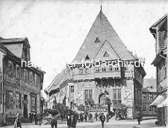 Historische Ansichten aus Goslar - Gildehaus von 1657; Hotel Restaurant Cafe - Passanten, Arbeiter / Träger mit Korb auf der Schulter.