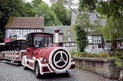Stadtrundfahrt für Touristen in einer Eisenbahn durch die engen Strassen in Goslar.