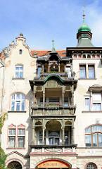Mehrstöckiges Jugendstil Wohnhaus mit Kupfergiebel / Holzbalkons - Gründerzeitarchitektur in Kłodzko / Glatz.