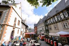 Touristenzug - Stadtrundfahrt Goslar, lks. das Rathaus der Stadt.