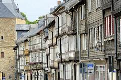 Historische Fachwerkbebauung an der Breiten Strasse in Goslar - lks. ein Ausschnitt vom Breien Tor, alte Befestigungsanlage der Stadt.