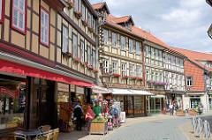 Fachwerkgebäude mit Blumenkästen / Geranienkästen vor den Fenstern - Geschäfte / Einzelhandel in der Westernstrasse von Wernigerode.