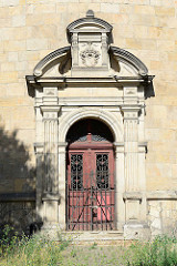 Wasserturm - Eingang mit Säulen und altes Wappen von Halberstadt - Jahreszahl 1881.