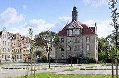 Gebäude der ehem. Kavalleriekaserne am Ebereschenhof in Halberstadt - Fachwerkgiebel und Uhrenturm.