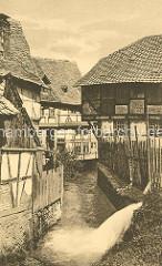 Historische Ansicht der Abzucht in Goslar - Staketenzaun, Holzzaun - Fachwerkhäuser dicht am Wasser.