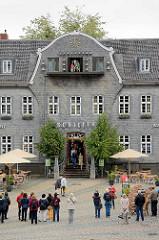 Marktplatz von Goslar - Blick zum Kaiserringhaus, ehem. Kämmereigebäude - an dessen Giebel ist eine Uhr. Viermal am Tag öffnen sich die drei darunter befindlichen Türen und eine Figurengruppe in Bergmannstracht erscheint. Diese bewegt sich zu den