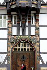 Eingang der Stadtbibliothek in Goslar - Patrizierhaus von 1526; aufwändige Schnitzerei - Engelsfiguren - Amor mit Blasrohr und Pfeil und Bogen.