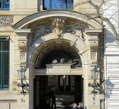 Eingang Nobel's Hof am Zippelhaus im Hamburger Stadtteil Altstadt - Reliefdekor Fabelwesen / Drachen.