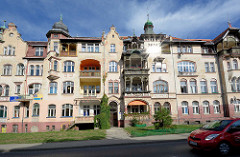 Mehrstöckiges Jugendstil Wohnhaus mit Kupfergiebeln und Holzerkern / Balkons - Gründerzeitarchitektur in Kłodzko / Glatz.
