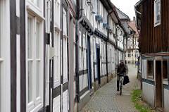 Schmale Verbindungsgasse in Goslar - Fahrradfahrer.
