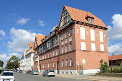 Mehrfamilienhaus - Doppelgiebel und Ziegelfassade; Fachwerk im oberen Stockwerk - altes Wohngebäude in Halberstadt, Südstrasse.