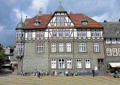 Gebäude am Marktplatz von Goslar - mit Schiefer verkleidete Hausfassade - Stuckverzierung am Giebel; christlicher Sinnspruch Wem Gott nicht giebt zum Haus sein Gunst Da ist all unser Bau'n umsunst..