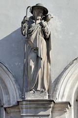 Skulptur Schäfer mit Schäferstab und Lamm auf der Schulter tragend - Symbol Guter Hirte; Gebäude in Kłodzko Glatz.