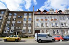 Hausfassaden in Bunzlau / Bolesławiec - schlichter Rauhputz und weisse Ziegelfassade mit Reliefdekor - Gründerzeit Baustil / Architektur.