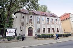 Keramik Museum in Bunzlau / Bolesławiec - klassizistische Architektur, ehem. Zwingerturm der Stadtbefestigung. Die Töpferei erlangte in der Stadt schon früh Bedeutung, bereits 1511 wurde die städtische Töpferzunft erstmals erwähnt.