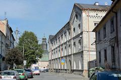 Preussische Architektur in Kłodzko Glatz, im Hintergrund der Kirchturm der Kirche des. Hl. Georg und St. Adalbert.