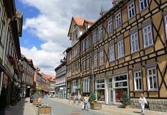 Mehrstöckige Fachwerkhäuser - Geschäftshäuser und Wohnungen - Marktstrasse in Wernigerode.