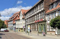 Geschäftsstrasse in Halberstadt - Fachwerkgebäude, Einzelhandel.