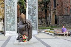 Skulptur von Papst Johannes Paul II am Vorplatz der Kathedrale St. Stanislaus und Wenzel (Kościół ŚŚ. Stanisława i Wacława) in Świdnica - Schweidnitz.