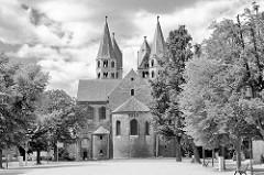 Schwarz-Weiß Fotografie vom Domplatz in Halberstadt - Liebfrauenkirche; Ursprungsbau ab 1089.